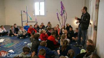 Les écoliers de Cossaye et de Lucenay-lès-Aix ont posé de nombreuses questions à Christophe Ravignot, professeur d'arts plastiques au collège, sur le monde imaginaire de l'artiste italo-brésilien Romain Vicari, qui a créé les œuvres de l'exposition.