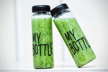 Zwei Flaschen gefüllt mit grünem Smoothie Rezepte auf natürlichgesundleben.info