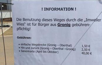 Am Bauzaun der Imweiler Wies befestigt.