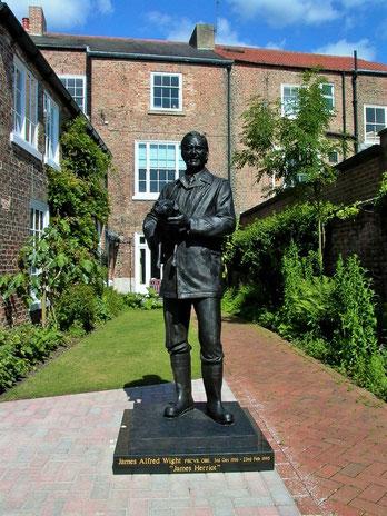 """Estàtua de James Herriot al Centre """"The World of James Herriot"""""""
