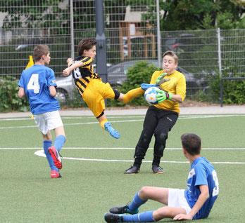 TuS D2-Jugend im Heimspiel gegen die D4 der SG Schönebeck. - Fotos: p.d.