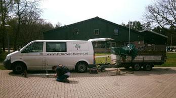 de werknemers van Brouwer Tuinen in Bussum die vrijwillig de tuin van Manege Gooi en Eemland onderhouden