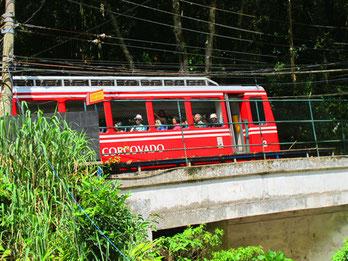 die rote Corovado-Zahnrad-Bahn