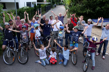 Besitzer und Schrauber auf einem Bild. Dank der Hilfe durch die Fahrradwerkstatt haben die geflüchteten Menschen neue Mobilität erworben. (Foto: Raphael Schwaderer)