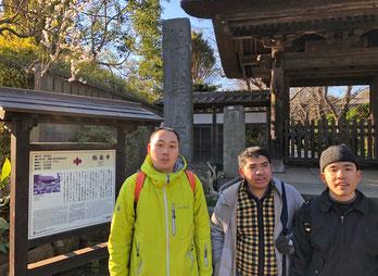 帰りに極楽寺を参詣しました。梅がすでに咲いていました!