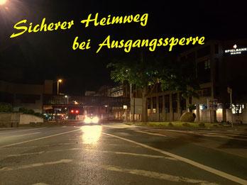 nächtliche leere Straße in Mainz