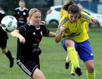 Elegant: Stella Kaiser (Großenenglis, r.) spielt hier den Ball vor Edermündes Teresa Elzner.