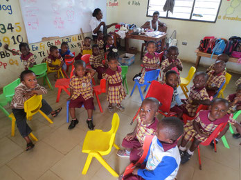 Kinder beim Freiwilligendienst in einem Kindergarten