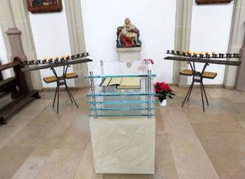 Das Totenbuch - im Hintergrund die Pieta - Foto: Pfr. Lütkemöller