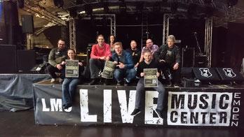 v.l.n.r.: Sascha Weddermann, Silvia Jacobi (beide LMC), Anne Ignatzek (hinten) und Marcel Müller (vorne) vom TuS Hinte sowie fünf von sechs SIXPACK Band-Mitglieder Jens, Klaus, Andi, Torsten und Stephan