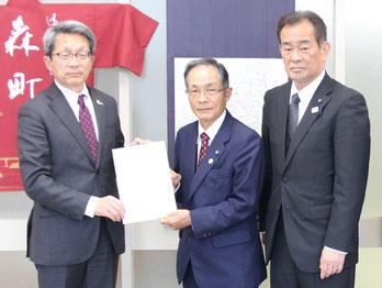 左から太田町長、西田委員長、岡野副委員長