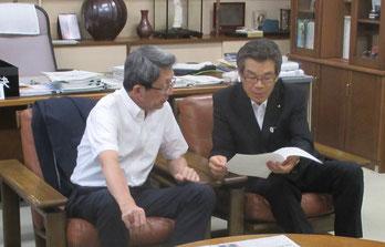 太田町長に趣旨を説明する中根第二常任委員長(右)