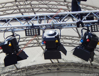 Scheinwerfer über der Bühne