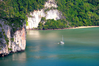 Sailing with a catamaran through Thailand as yacht charter or as cabin charter.