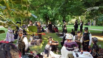 Dunkelromantisches Picknick im Friedenspark, Amphi-Festival 2017 / Foto: CorviNox