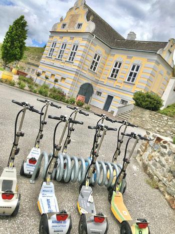 Freizeittipp in Niederösterreich ist ein Besuch bei der Domäne Wachau ein Top-Weingut aus Österreich. Besuch mit einer Scooterverleih Tour und Besichtigung des Kellers und der Rieden mit Blick auf Rossatz und Ruine Dürnstein. Ausflugstipp zum Radfahren.re