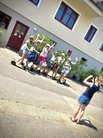 Eine Scootertour in Niederösterreich an der der Donau zwischen Krems und Spitz, durch Weißenkirchen, zum Feiern, Wandern, Heurigenbesuch, Winzer besuchen und Hochzeiten im Herzen der Wachau. Radfahren und Spazieren in Kombination mit deiner Tour.