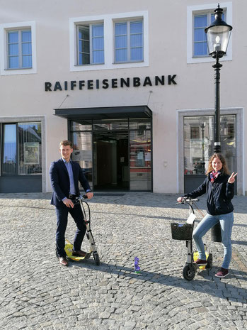 Unsere E-Scooter zeigten wir der Raiffeisenbank Krems und fuhren eine kleine Tour durch Krems.
