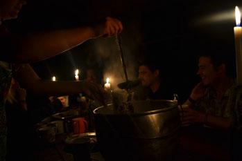 Cena a la luz de las velas, no hay electricidad