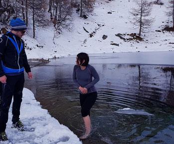 Immersion dans un lac de montagne en hiver