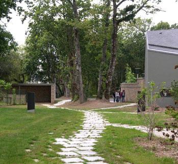 Ploeren - centre culturel / sentier dallé vers la rue des Eglantiers et les parkings
