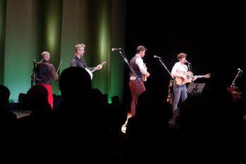 ステージ上の「ウィ・バンジョー・スリー」。メンバー全員がオールアイルランド(アイルランド音楽の全国コンクール)で入賞経験があるとても高度な技術を持ったバンドです。