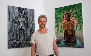 """Willi Büsing malt am Landschaftsbild """"Aus dem Schatten heraus"""" in seinem Atelier """"Corazón Verde"""" (übersetzt: Atelier Grünes Herz, in dem er  gemeinsam mit seiner Ehefrau und Künstlerkollegin, Jennifer Jennsel, arbeitet."""