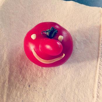 「ハロー!」不思議なかたちのトマトを発見したので、顔をつけてみました^^(おめめはパン生地…お口はタマネギですよ〜)