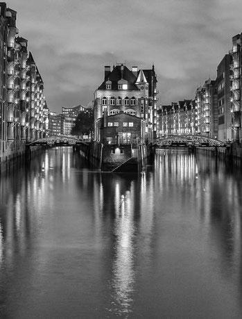 Hamburg Monochrom Wasser Reflektionen Nachtaufnahme Speicherstadt Fleetschlösschen