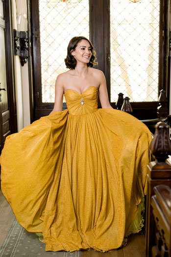 Shooting miss aquitaine 2018 robe jaune dans le hall du Château Belle Epoque
