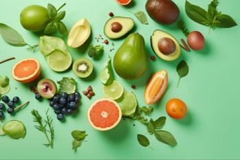 お皿に盛られたリンゴとバナナ。傍らにダンベルとメジャー。