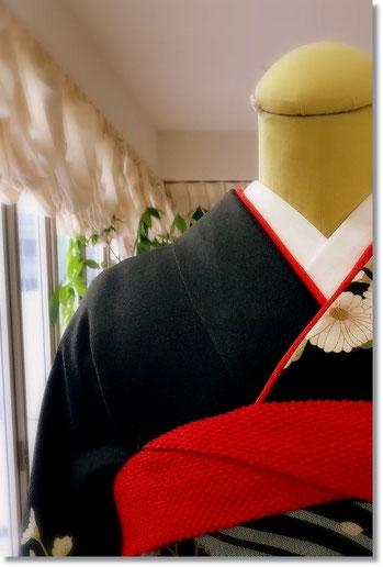黒地の振袖に、紅の装絞りの帯揚げ。「入り組」は着付けをする人にとって永遠の課題です。