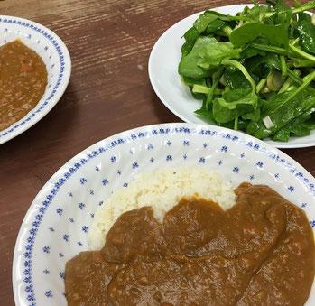 野菜たっぷり重ね煮カレーとほうれん草のサラダ