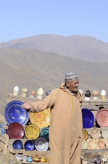 Ein Händler preist uns seine Waren an, von Tellern über Ammoniten ist alles dabei...