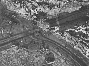 Brandenburger Tor, Berlin 1945-1946, gelatin silver print 22,3 x 29,4 cm  © Hein Gorny / A.C. Byers - Collection Regard