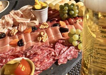 Fleichteller, Trockenfleisch, Apero, Bier, Stange, Trauben, Käse, Hobelkäse
