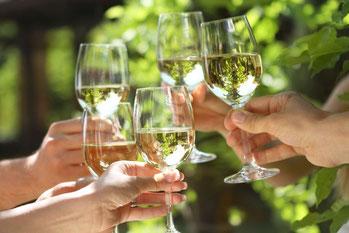 Toasten op een gezellige wijnproeverij