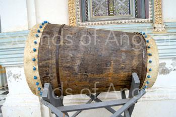 Tambour tronconique creusé dans un tronc de cocotier vu de face et de profil. Les clous de fixation des membranes, en bambou, sont proéminents. Battambang, Cambodge.