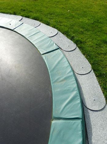 FloRa 250-Segment, schiefergrau - Rasenkante am Trampolin