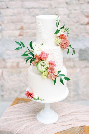 Fonant Hochzeitstorte mit frischen Blumen