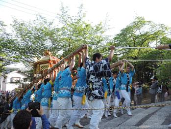 大阪茨木阿為神社例祭。大念寺門前にて