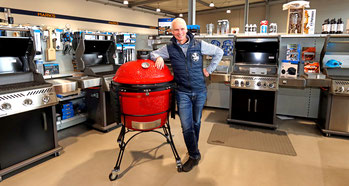 Heiko Ebsen am Kamado Joe Keramikgrill Smoker im Marks Grillhaus in Schleswig