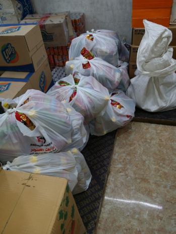 Lebensmittelpakete für die vertriebene Familien aus Sharanish