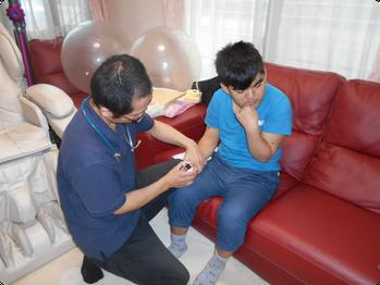 訪問看護 - 訪問の様子(バイタル測定)