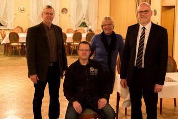 Grünkohlkönig Olaf Lahann  (sitzend) eingerahmt vom Vorstand v.li. Klaus Albers, Sibylle Pries und Johann Hansen.