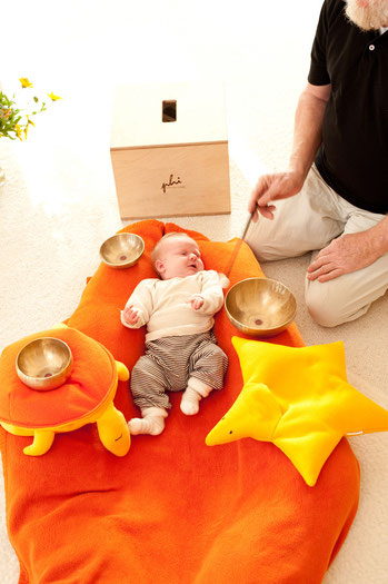 Baby genießt die Klangmassage