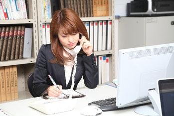 人材紹介会社のコンサルタントが電話をかけている画像