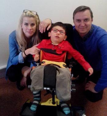 Nolan prend la pose avec le Dr Nazarov et Alicia, son assistante et traductrice.