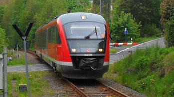 Die Bahn aus Aue rollt in Kemtau ein