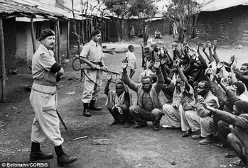 Polizia britannica a guardia di sospetti Mau-Mau in Kariobangi nel 1953